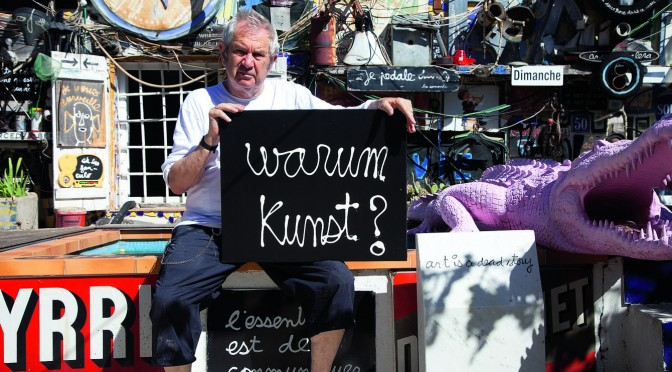 Ben Vautier, «Warum Kunst?» vor seinem Haus in Nizza, 2014