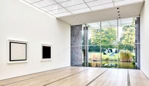 Installationsansicht mit Werken von Ellsworth Kelly und Tony Smith