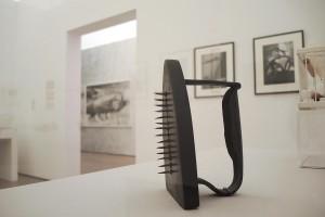 """Man Ray, Gift, 1921, Ausstellungsansicht """"Pière de Toucher, Museum Tinguely, Basel"""