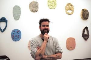 """Pedro Wirz vor seinem Werk """"Nachtwache"""" zum Thema """"Oral History"""""""
