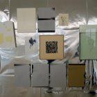 Ausschnitt aus der Arbeit FLEURS aus dem 'Silver Room'. Durch die Spiegelung in der Silberfolie wird der Besucher teil der Arbeit.