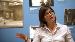 Olga Osadtschy ist Assistenzkuratorin am Kunstmuseum Basel und schreibt ihre Doktorarbeit über die Fotografien von Solomon Judowin