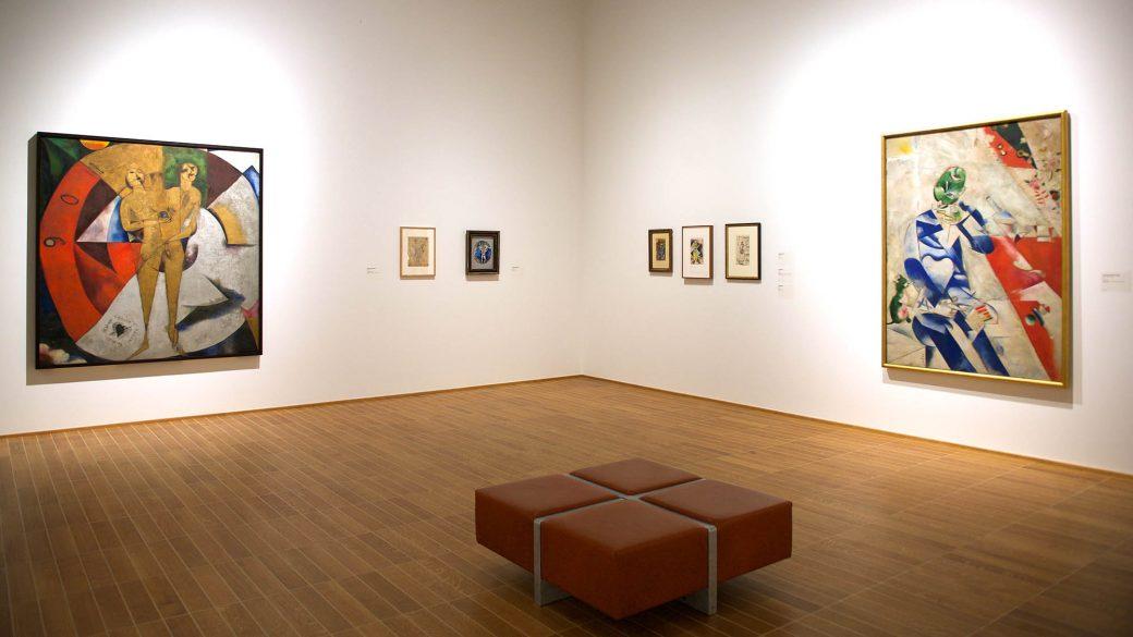 Marc Chagalls «Homage à Apollinaire» (1911–12, links) als Leihgabe des Van Abbemuseums in Eindhoven und «Halb vier Uhr (Der Dichter» (1911) als Leihgabe des Philadelphia Museum of Art.