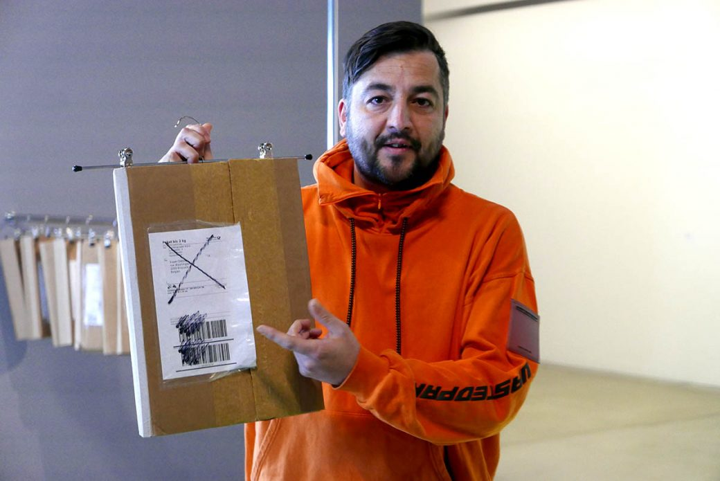 Domagoj Smoljo erläutert die Arbeit Postal Machine Decision, 2018