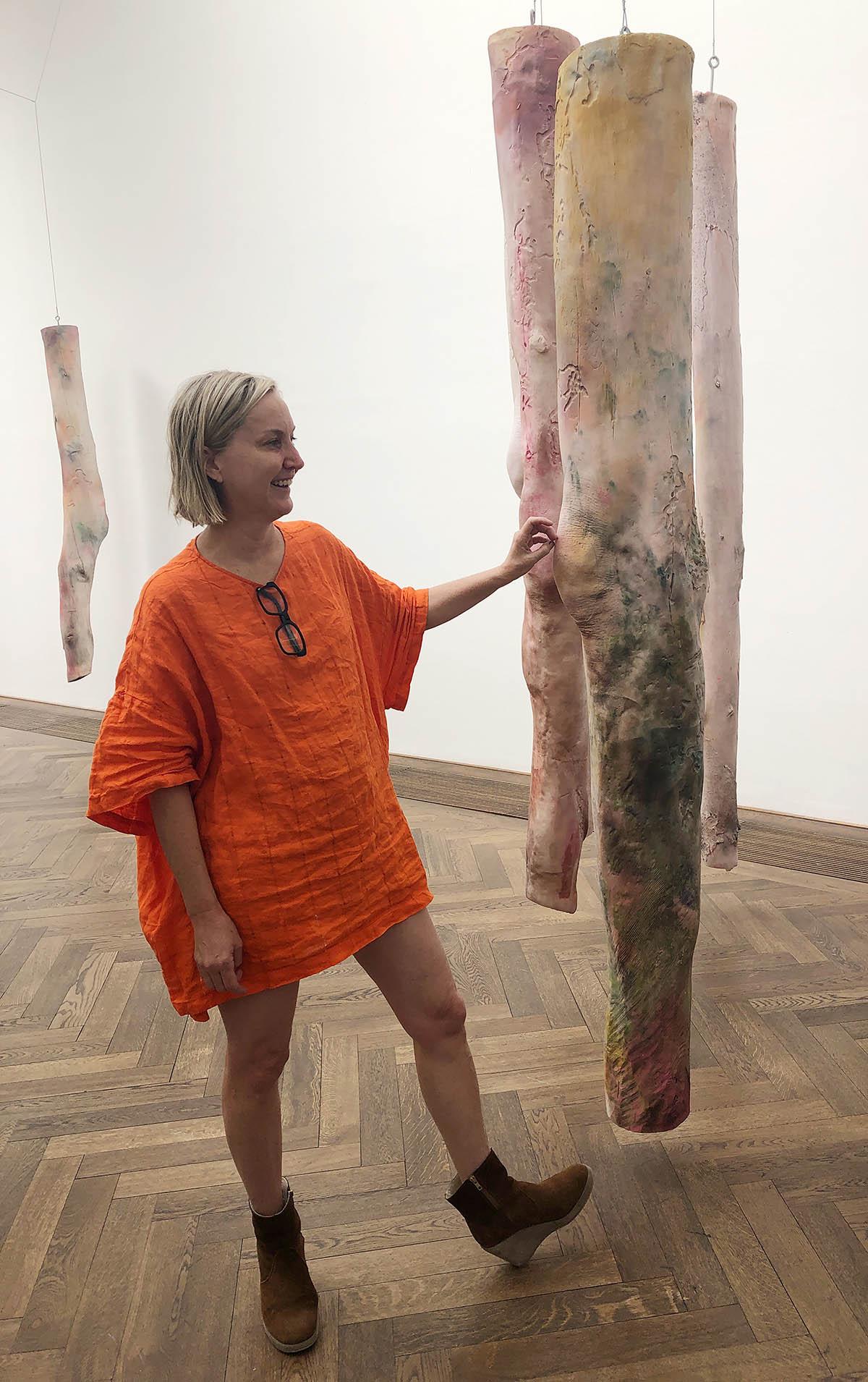 Kaari Upson erläutert ihre Installation Mother's Legs, 2018-2019