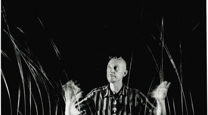 Len Lye, mit seiner kinetischen Skulptur Grass, 1961–65