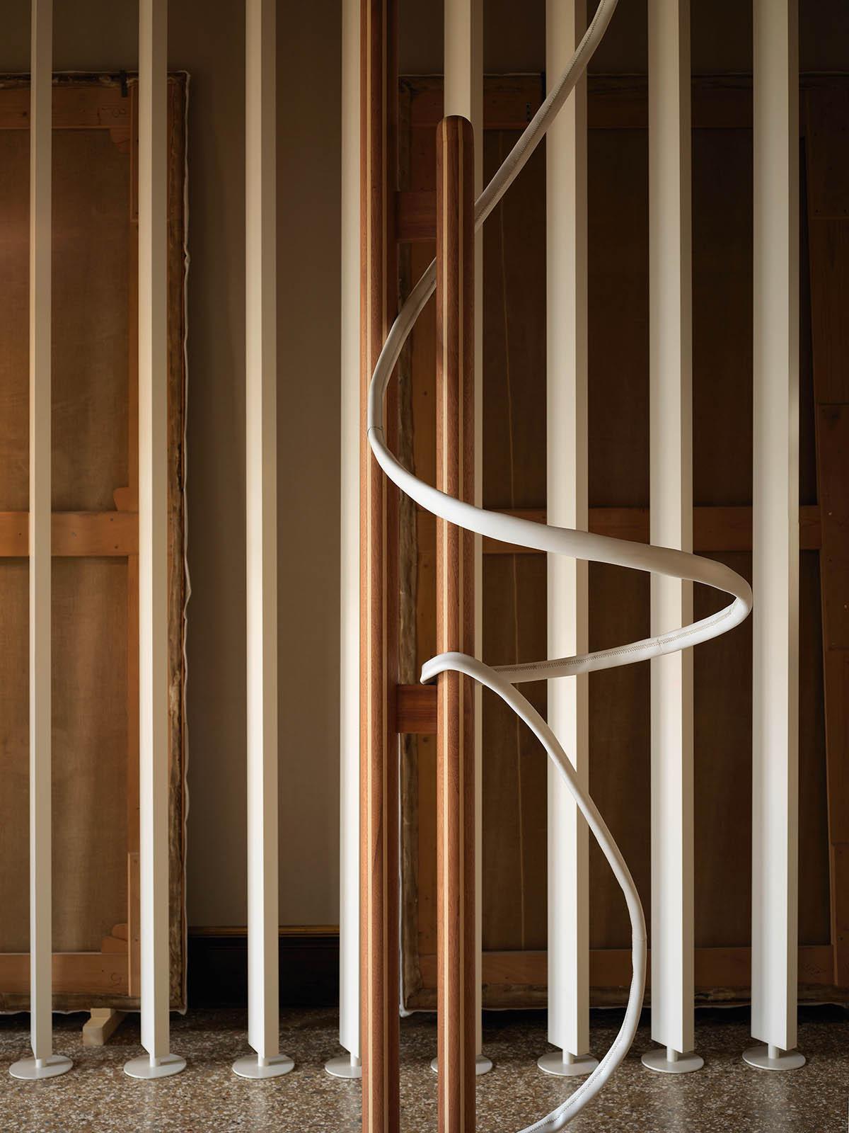 Links: Leonor Antunes, a seam, a surface, a hinge or a knot (Detail), offizieller Beitrag für die 58. Biennale di Venezia, 2019