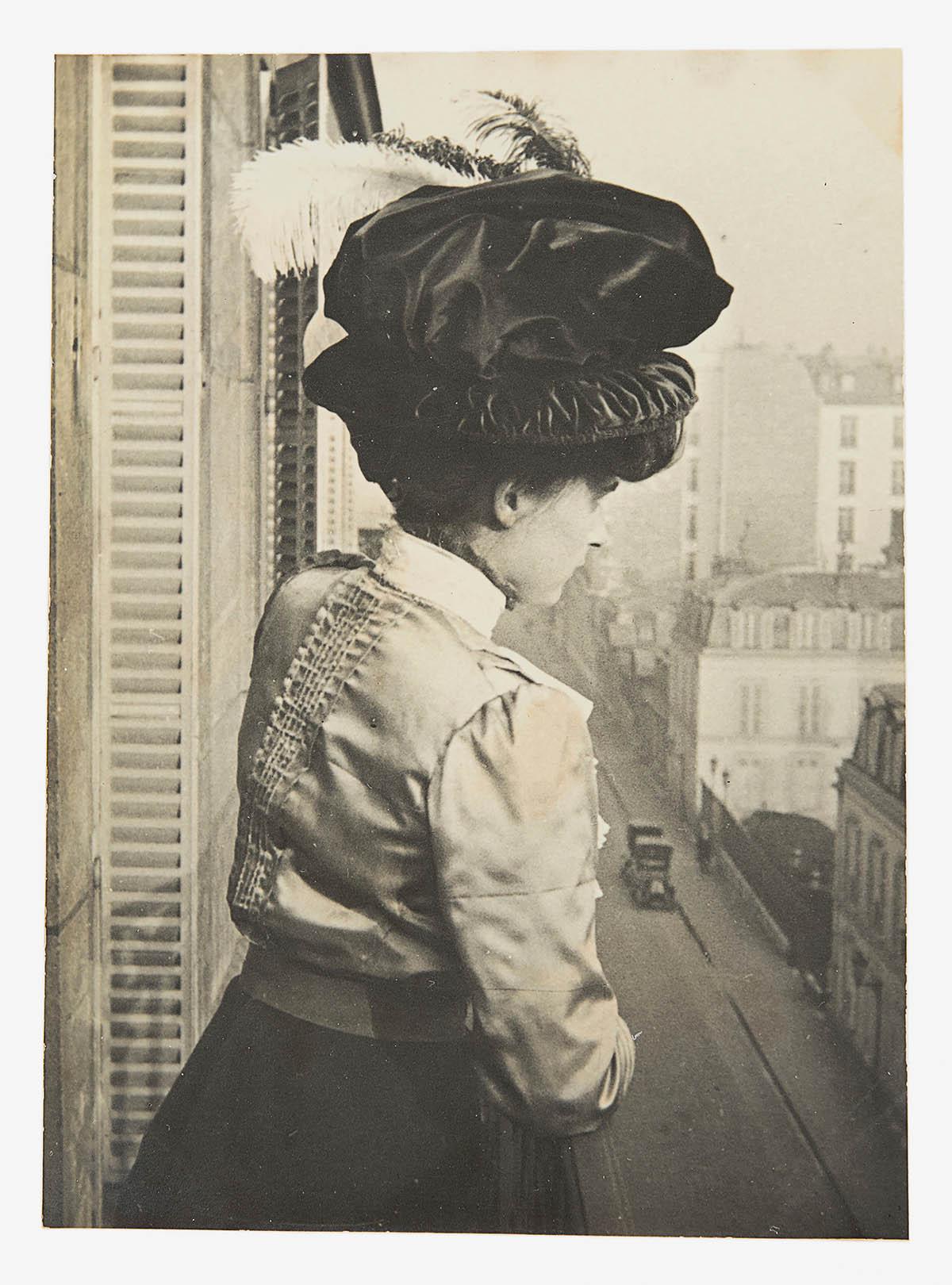 Unbekannt; Frau auf einem Balkon in Paris; 1912-1915