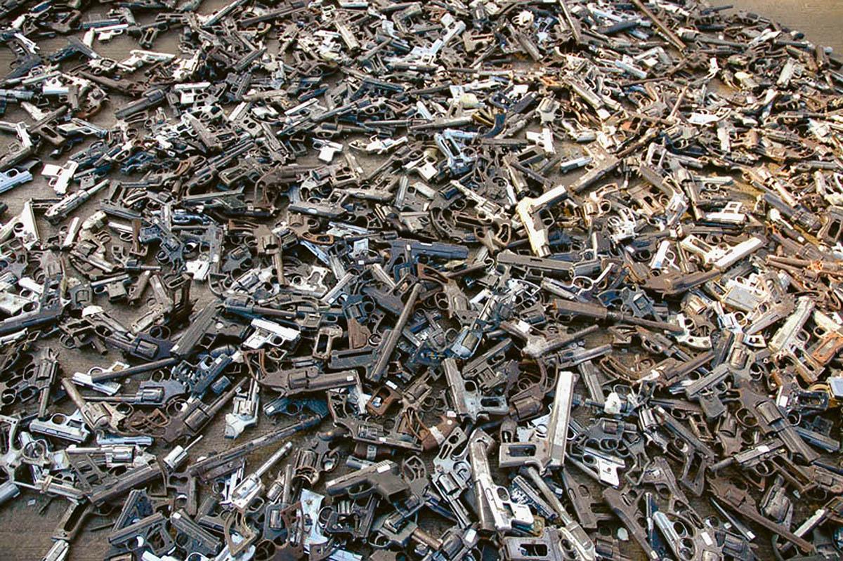 Pedro Reyes, Palas por pistolas [Guns into Shovels], 2007, Dokumentation der Zerstörung der gespendeten Waffen, 2007