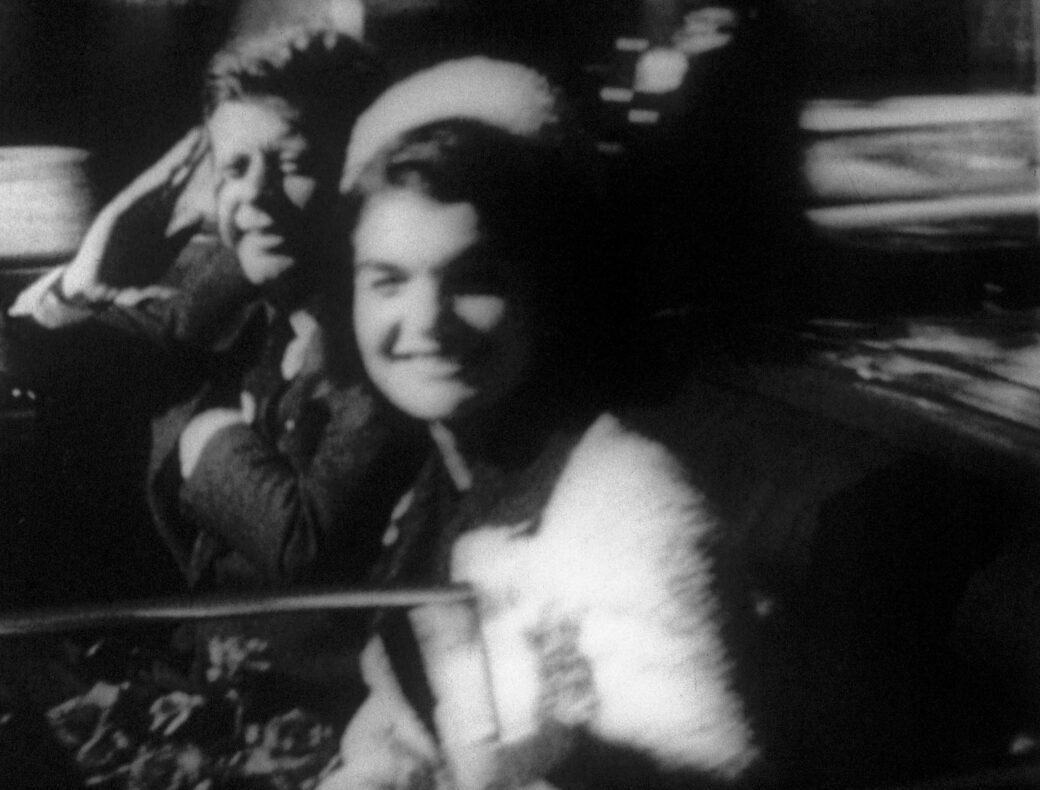 Bruce Conner, REPORT, 1963–1967 (Filmstill) 16mm, b/w, sound, 13 min. Sound: Extracts of The Assassination of John F. Kennedy: Four Days that Shocked the World (1963); published by Colpix Records; speaker: Reid Collins, WNEW Radio News Courtesy Kohn Gallery and Conner Family Trust © Conner Family Trust